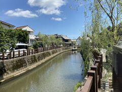 食後は川沿いを散策。