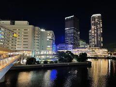 横浜市神奈川区『BAY QUARTER YOKOHAMA』  複合商業施設『横浜ベイクォーター』も見えます。  何年経っても「横浜」駅に行くたびに立ち寄りたくなる ショッピングモール♪  左側は百貨店『そごう』横浜店。閉店時間でした。