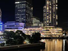 複合商業施設『横浜ベイクォーター』をズーム。  夜はさらに美しい。