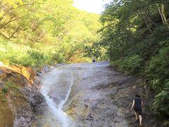 どうして辛かったかって?  それは私がアトピー体質で皮膚があまり丈夫ではないから。  硫黄山から流れ出す温泉水の泉質は、群馬の草津の湯と匹敵するほどのピリピリ加減で、滝水に浸かる部分にあった足の傷にはかなり染みて、この日の晩に足を見たら、傷の周辺が熱を持って腫れていたほど。  カムイワッカ湯の滝で皮膚が丈夫ではない方が遊ぶならば、多少の痛みを伴う覚悟が必要だと思う。