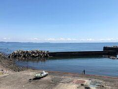 海岸沿いの国道を歩いて20分、江之浦海水浴場に到着しました。 現地の案内板によれば、この堤防内の左半分が、遊泳区域となっていました。