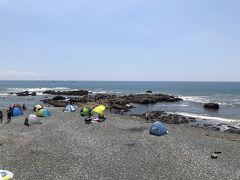 大磯駅近くの海岸、照ヶ崎海岸。ここは、磯遊びをする人で賑わっていました。