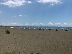 大磯海水浴場。広い砂浜で、ここは家族連れでにぎわっていました。