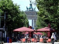 同じ位置から見た、ブランデンブルク門。 門の狭間に、約2km離れた戦勝記念塔も見えてます。