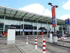 ベルリン東駅(Berlin Ostbahnhof)です。  今回この旅行に先立ち、空港からアクセスを調べたのですが、「FEX」の終着駅である中央駅の位置がなんか変。 昔、東ベルリンに来たときには、この辺りにあったはずです。  旅行後知ったのですが、今の中央駅は数年前に創られたものであることが分かりました。「創」の字を用いたのは、新規に造られたのではなく、どこぞの駅を(空港同様)抜本的に改修して駅名を変えたからです。  んで、この東駅が、「新」中央駅ができるまでの中央駅だったのです。