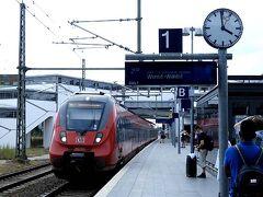 食堂から1キロくらいのベルリン オストクロイツ(Berlin Ostkreutz)駅から空港へ向かいます。 この駅は、秋葉原駅のように路線が2層で十字(クロイツ)に通っており、空港行の列車はその双方から着発しますので、注意が必要です。(この列車RE7とRB14は下からで、FEXは上から。空港行S-Bahnは、中央線御茶ノ水-神田間よろしくここをかすめるだけで通りません。)