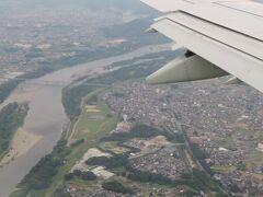 雲の上を飛んでいて暫くどこの辺りを飛んでいるか分かりませんでしたが、視界がよくなったら既に愛知県内。 すいとぴあ江南のタワーと木曽川が見えて来ました。 間もなく名古屋空港!