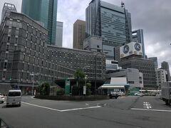 東口の駅前に構える新宿駅前ビル 1号館と2号館があります 右のUCのビルが2号館 東口は全く人通りは少ないよな 地下中心だから