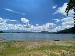 湖畔に出て来ました(^O^)/  夏!!って感じね!! 風があるので湖面は。。榛名湖の様に鏡ではなかったです(;^ω^)