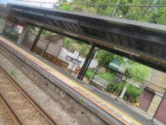 2面2線、対向式ホームの北鎌倉駅 下りホームのすぐわきにある素掘りのトンネルは崩落の危険ありと、もう6年以上もの間、通行止めになったまま。 文化財的な価値もあってどうするか決まらずに時間がかかっているようです。 このためか下りホーム北側にはSuica簡易改札機を備えた臨時口が設けられるようになって警備員さんが配置されていたりします。