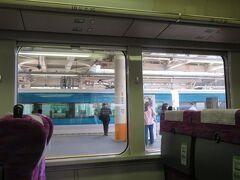 大船駅5番線に到着。 3番線には東海道線下り特急踊り子13号。伊豆急下田・修善寺行きがいました。