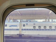 2021年7月22日(木)海の日 新幹線で博多へ行きます。 名古屋でのぞみ号に乗り換えました。 4連休初日の早い便のためか、混み合っていました。 しかし、岡山を過ぎると乗客は少なくなりました。