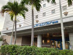 明日宿泊するホテルです。ここでタクシーを呼んでもらって帰りますが、その前に平良港を散歩してみます。