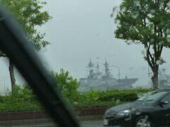 南に下ると実際の海軍の戦艦が停泊している「アレイからすこじま」があります。 雨が降ってきて車窓観光になりました。梅雨時の旅行でタイミングよく降雨をかわしていましたが唯一、雨で行動できなかったことです。