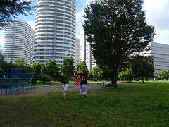 アンパンマンミュージアムの向かい側にある公園へ。バス停ひとつぶん歩きました。 周りはタワマンとか高いビルが多いので、この辺りはまだ日が陰っていて涼しい♪