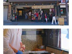 """もうお昼を過ぎていて、ランチのお店に急いで向かう途中、参道にある梅ヶ枝餅のお店に立ち寄るのは忘れていませんでした(笑)2個の引き換え券がありましたが、cherikoさんが『かさの屋』さんが老舗で良いのでは?と提案してくれ、、、、お店に直行!  お店で実演販売中で、その場で焼いたお餅をお土産用に包んでくれました。私は引換券の2個に加え、10個入りも購入(^^)♪  ところで、梅ヶ枝餅についてこんな情報が載っていました。 「梅ヶ枝餅」は、その昔、菅原道真を募うおばあさんの優しさから生まれたものだとか。平安時代、無実の罪で大宰府に左遷された道真は、ある時、刺客に襲われて近くの麹屋に逃げ込みました。その家のおばあさんは道真をもろ臼の中に隠し、その上に洗ったばかりの腰巻きをかぶせて刺客の目をごまかしたのです。 道真の命の恩人のおばあさんは、その後もこっそり不自由な暮らしをする道真のもとに行きお世話をしたといいます。その時、麹の飯を梅の枝に添えて差し入れたものが、今に伝わる""""梅ヶ枝餅の始まり""""とされているんだそうです。"""