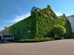 蔦の絡まるこちらの建物はサッポロファクトリーレンガ館