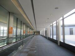 早朝の成田空港です。
