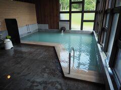 内湯。微白濁の単純酸性温泉でかけ流し。いいお湯です。