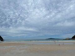 レンタカー手続きをして早速海へ。 高浜海水浴場でちゃぷちゃぷ遊びます。