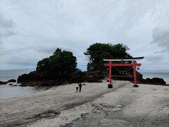 まずは荒平天神へ。 海辺に浮かぶ小島に神社があります。