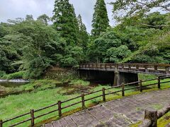 続いて吾平山上陵にやってきました。 皇族系の土地なので宮内庁管理。 近くの水場では水遊びする子供がたくさんいた。 連休初日だもんねー。