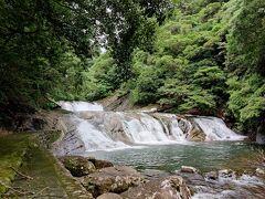 続いてまた滝が見たいので移動。 轟の滝というところに来ました。 行くまでに道が狭くて死にそうです。軽自動車でよかった。  上流はダムです。 でも下流がこんな穏やかでしかも面白い形の滝になっているという。