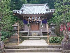 小さ目の社は「八坂神社」です。