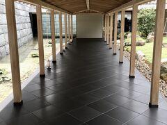 【ザ リビングルーム/パークハイアット京都】  2021年7月27日(火),「旅籠 八...」を10時にチェックアウトして京都へ。途中,草津PAで,汚ったない悠佑の車の清掃をしたんだけど,案の定,京都には早めに到着。  初めてのパークハイアット京都。 https://www.hyatt.com/ja-JP/hotel/japan/park-hyatt-kyoto/itmph  パークハイアットといえば過去にパークハイアットミラノに宿泊したことがあるのみ。 https://4travel.jp/travelogue/10744076  2千円でバレーパーキングとHPには書いてあった筈だが,何故かセルフで駐車させられる。駐車代は無料になったからノープロブレムw