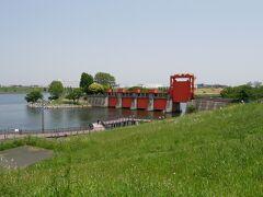 この赤い水門、現在は使われていませんがレトロな見た目がこの辺りのシンボルになっています。