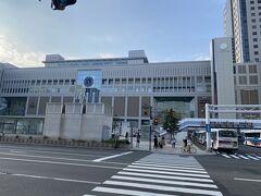 札幌駅到着。18時ぐらいかな。 これから旅行だという感じ。 第一印象、涼しいというか湿気少ないかなという感じです。 これから数日北海道にいましたが、朝夕は、涼しいというかすごしやすい感じです。 日中は暑かった。。。
