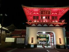 7月11日(日) ライトアップされた楼門へ。佐賀県唐津市出身の辰野金吾氏が設計した釘を一本も使っていない独創的な建築は、天平式楼門と呼ばれる。1915(大正4)年4月竣工。