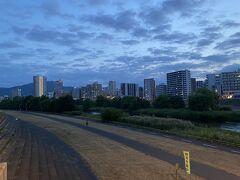 豊平橋から、中島公園方面。 札幌に住んでいたのが幼稚園の頃で、もう50年以上前か。 この橋超えて数百メートルのところに住んでいました。 地理勘あるのですよ。 親戚がいるのと、その後も数回来たせいはありますが。