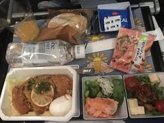 さて搭乗です。機内食はホノルル線限定のポークシュネツェルを頂きます。パンケーキで有名なBillsとのコラボメニューになります。