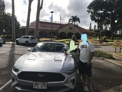 2日目からはレンタカーを借ります。両母親からのリクエストでオープンカーをレンタルしました。かっこいいFord Mustangです。