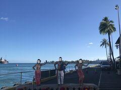 乗船前に岸壁でフラのウェルカムを受けました。気分は上々です!