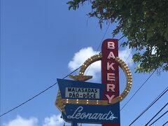 そして、ミーハーなのでガイドブックにも載っているLeonard's Bakeryに行ってみます。観光客もローカルの人たちも並んでました。人気が凄いです!