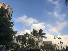 ワイキキを歩いていると虹がかかっていました。ハワイに似合いますね。