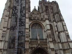 アントワープ大聖堂前広場から大聖堂を見上げて