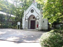 この日はいよいよ結婚式当日。 なんか緊張する~(笑) まずはさっそく会場に移動します。  旧軽井沢ホテル音羽の森に併設の 「旧軽井沢礼拝堂」 森の小さな教会♪って感じで素敵。