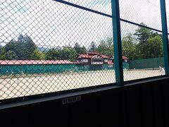 「軽井沢会テニスコート」の脇を通ります。  上皇様と上皇后様の出会いの場所。 この日もたくさんの方がテニスを楽しまれていました。  クラシカルな雰囲気漂ってます。 とっても軽井沢らしい風景。