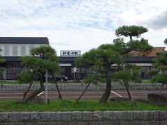 新発田駅の松が印象的