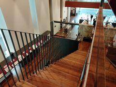 階段を上がって行き、二階に観覧できる書庫と展覧会の展示室があります。