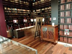 階段を上がると書庫が見えます。右は中国の文書類。