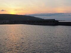 <稚内港北防波堤ドーム> 楽しかった礼文島からフェリーに乗り夕焼けを楽しんでいるとあっと言う間に稚内。 船は揺れることもなく快適な船旅だった---♪