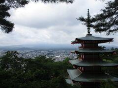 新倉山浅間公園忠霊塔(戦没者慰霊塔)残念ながら雲に隠れてしまって