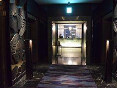 お部屋で休憩した後は品川プリンスホテルの最上階にあるTABLE 9 TOKYOのフリーフローへ。  姉の誕生日のお祝いがまだだったので、こちらで。  いかにもなオシャレ空間。 最上階39階が1つのエリアになっており、ここには9つのレストラン&バーが入っている。  公式HPからサンセットフリープランを予約しておいた。