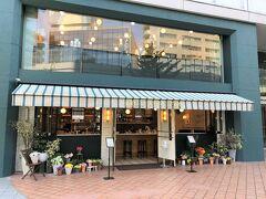 東京・六本木『六本木ヒルズ』ノースタワー1F【Jack's Wife Freda】  2021年7月20日にオープンしたオールデーダイナー 【ジャックスワイフフリーダ】六本木店の写真。  2階建ての建物です。すぐそばにNYハンバーガー 【シェイクシャック 六本木】があります。大好きな ブルックリンブルワリーの生ビール「シャックマイスターエール」を よくいただいています♪  同日、『浅草ミズマチ』にもオールデーダイナー 【ジャックスワイフフリーダ】浅草店がオープンしたようです。 こちらも開業が予定よりも随分遅れました。  ニューヨーカーはもちろんハリウッドセレブも常連! 南アフリカ・イスラエルの地中海香る伝統料理と、 現代のアメリカ料理を融合した新感覚NYスタイルを 朝食からディナーまで楽しめるオールデーダイナー。