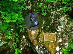 上高地の緑も、雨で一層深い緑に 梓川河畔のウェストン碑も雨に濡れています。  日本アルプスを世界に紹介したウェストン 修学旅行でしょうか? このウェストン碑を囲むように、 子どもたちがガイドの説明に熱心に耳を