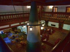 夕食の後は、ホテル内散策  大きな暖炉が鎮座する「カフェ グリンデルワルト」 ロビーに入ると真っ先に目を惹くこの暖炉、 上高地帝国ホテルのシンボルだそうです。 吹き抜けの二階から撮ってみました。 クラシカルで、重厚感のある雰囲気が漂っています。